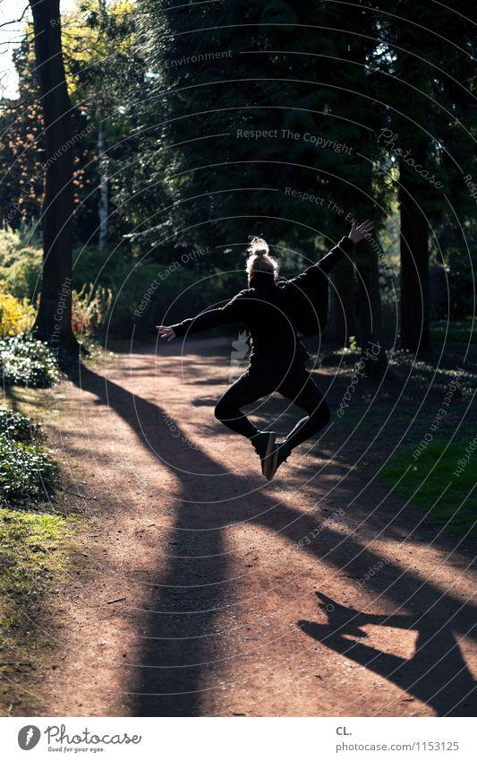 spring vor glück Mensch Frau Sommer Baum Freude Wald Erwachsene Leben Frühling Bewegung feminin Gesundheit Glück springen Park Kraft