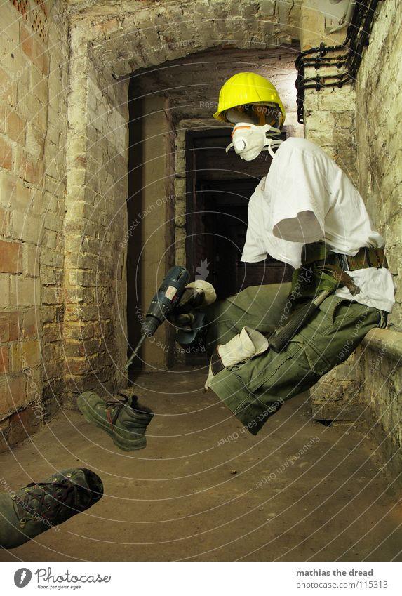 Maskiert II Mann Arbeiter gelb dunkel Erholung Arbeit & Erwerbstätigkeit Tod Mauer sitzen Pause T-Shirt Baustelle Schutz Maske Hose Beruf