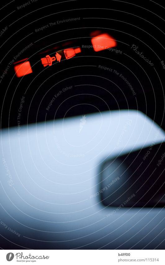 Sicherheitsblinken blau rot ruhig dunkel Traurigkeit Angst Verkehr Trauer verstecken Panik Warnhinweis Warnschild Schnalle Hochformat Windschutzscheibe