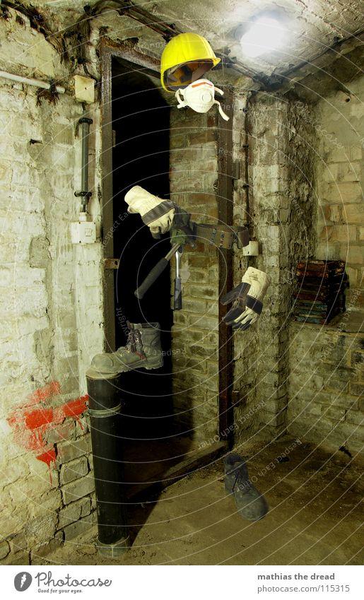 Maskiert III Mann gelb dunkel Arbeit & Erwerbstätigkeit Tod Mauer Schuhe Arbeiter stehen Körperhaltung Baustelle Schutz Werkzeug Maske Backstein Statue