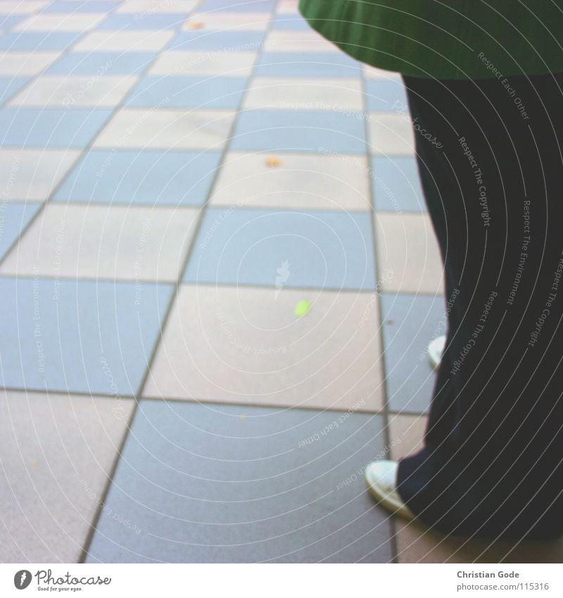 Tanzboden weiß grün schwarz Schuhe Hose Mantel kariert Detailaufnahme Mensch Deutschland Fliesen u. Kacheln blau Beine Bodenbelag