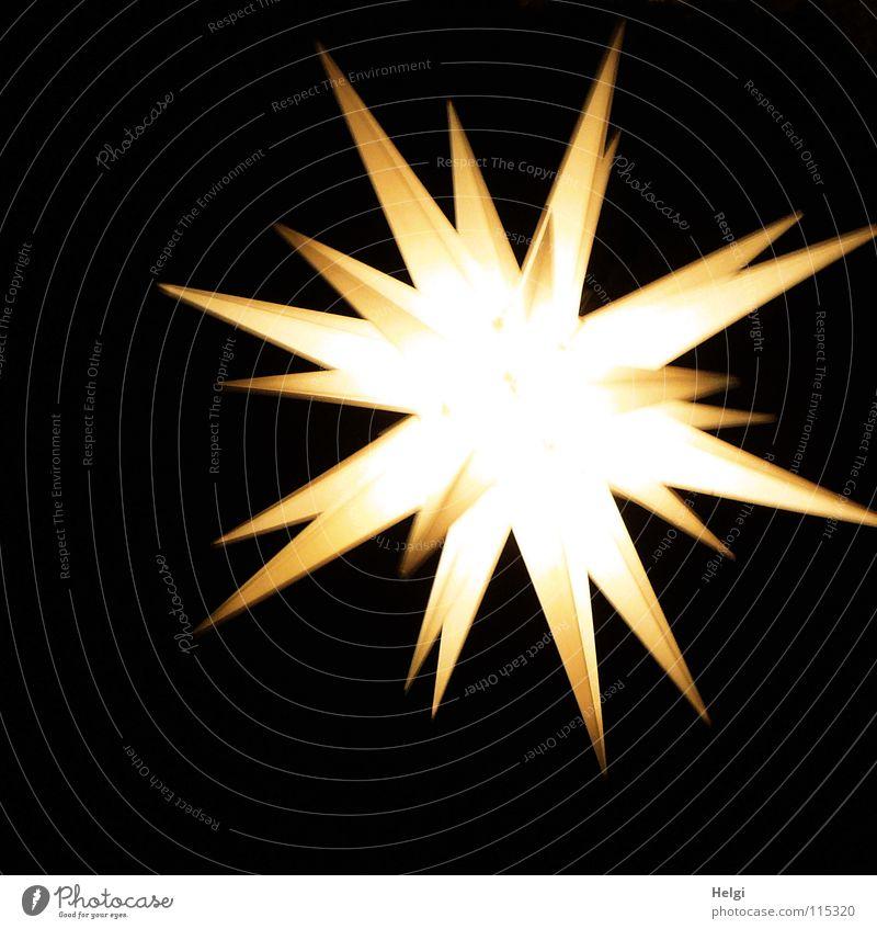 leuchtender Stern als Dekoration vor schwarzem Hintergrund Weihnachten & Advent Feiertag Erkenntnis Spitze aufhängen Nacht dunkel Licht Weihnachtsmarkt