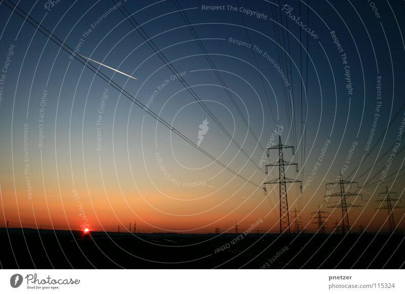 Auf dem Weg nach Hause ... Sonnenuntergang rot Verlauf schwarz Elektrizität Freude Himmel blau orange Landschaft Strommast Leitung Energiewirtschaft