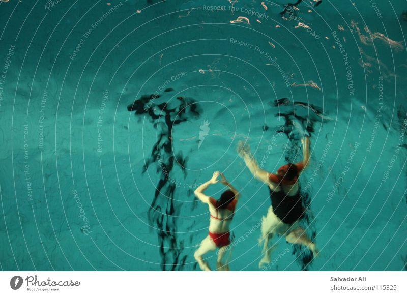Abgelegen Wasser blau rot Freude Erholung kalt Sport Spielen Bewegung Gesundheit Arme nass Schilder & Markierungen Aktion mehrere Schwimmen & Baden