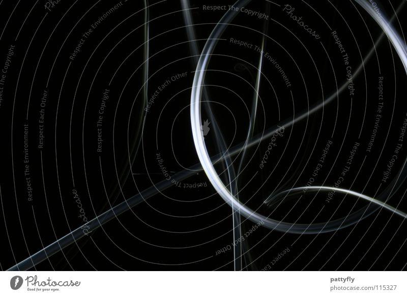 LiGhtS² Streifen Langzeitbelichtung Kunst rund Kreis Lichtstreifen weiß dunkel Unschärfe Farbe Schatten Beleuchtung Low Key Vor dunklem Hintergrund