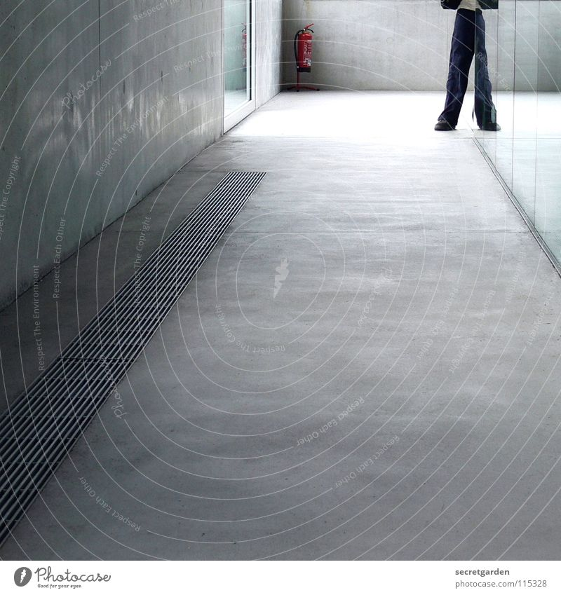 optische täuschung Mensch Mann blau rot Haus kalt Fenster Wand Gebäude Beine Arbeit & Erwerbstätigkeit Raum Glas Beton Brand