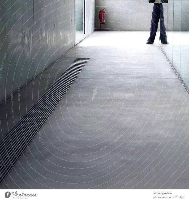 optische täuschung Raum Flur Haus Gebäude Beton Betonboden Lüftung Wand Fenster Licht Feuerlöscher gefährlich Mann Reflexion & Spiegelung Material Linoleum Hose