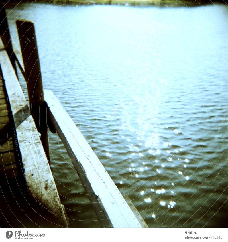 Seele baumeln lassen Wasser Sonne Meer Sommer Erholung Holz Wasserfahrzeug Wellen Küste glänzend Freizeit & Hobby Steg Anlegestelle Mittelformat Holga