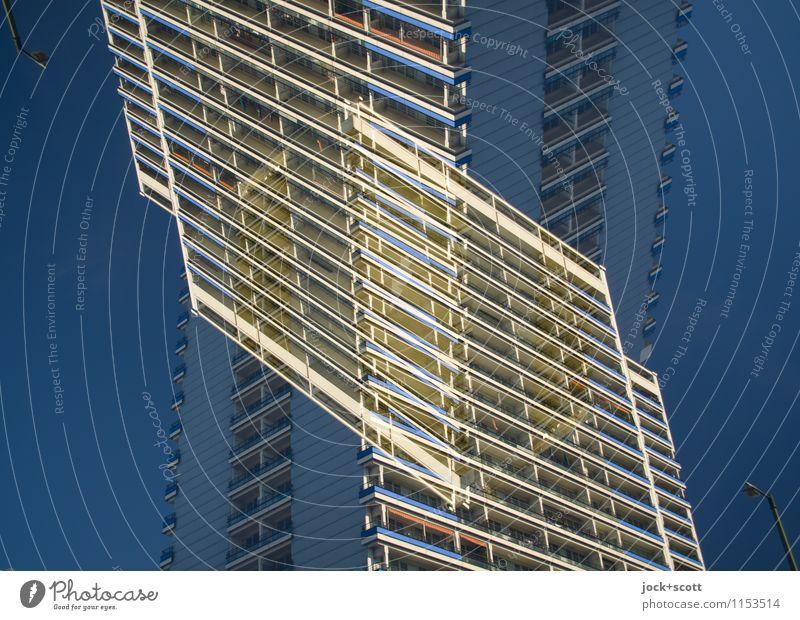 Plattenbau Querschnitt Wolkenloser Himmel Wohnhochhaus Stadthaus Fassade eckig fantastisch groß viele Einigkeit komplex modern Surrealismus Irritation