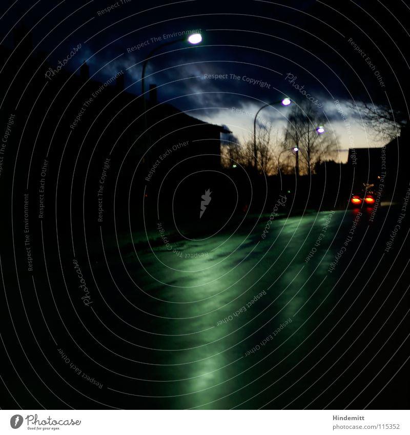 Twilight in OBD [4] Abend Dämmerung Haus Wolken dunkel Wohnsiedlung Baum laublos Regen nass Reflexion & Spiegelung Lampe Laterne Herbst Fahrzeug Rücklicht