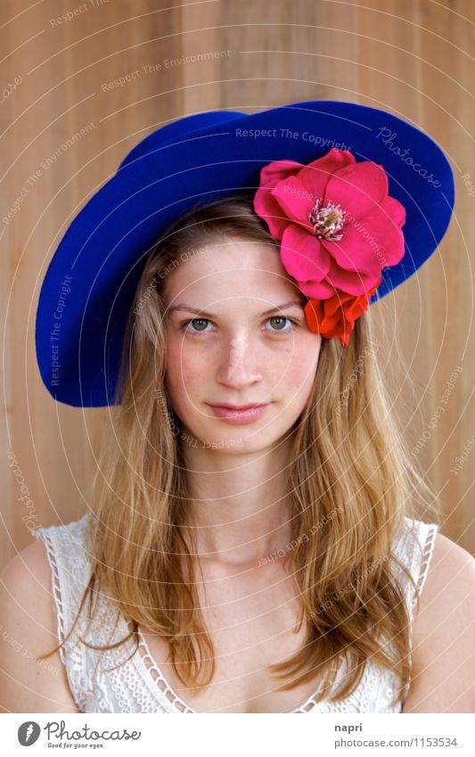 Frida Stil feminin Junge Frau Jugendliche 1 Mensch 18-30 Jahre Erwachsene Accessoire Blumen Hut blond langhaarig authentisch schön natürlich weich blau rosa