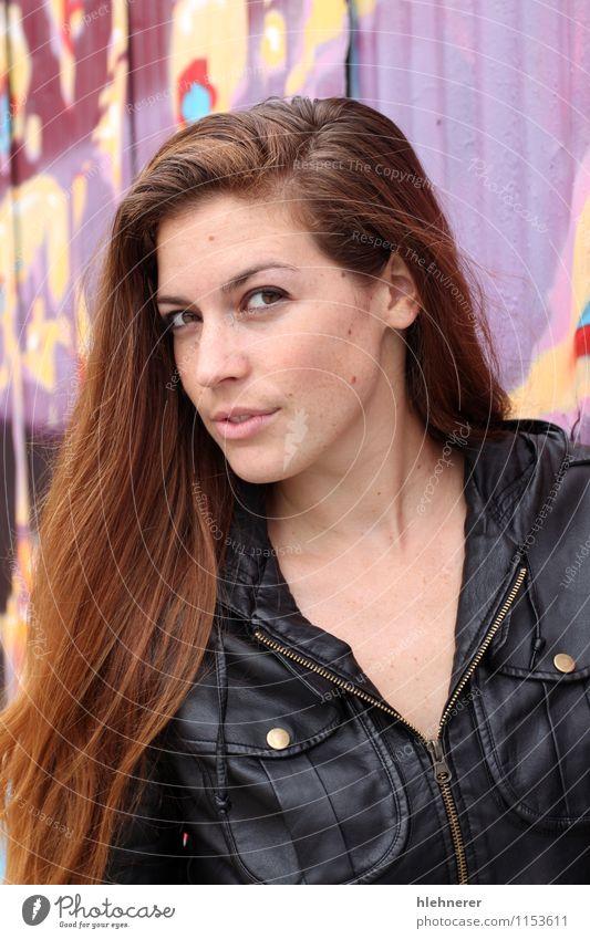 Portrait einer jungen Frau Lifestyle Stil Freude Glück schön Gesicht Studium Mensch Mädchen Erwachsene Mode Bekleidung Jacke brünett Behaarung Lächeln modern