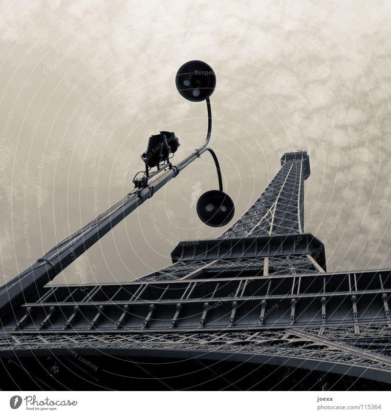 Tragische Straßenlaterne Ausland Bauwerk Tour d'Eiffel einfarbig Eisen Frankreich grau Lampe Laterne Paris Straßenbeleuchtung Tourismus Überwachungskamera