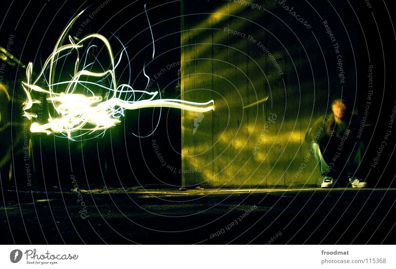 Lichtgestalt Mensch dunkel Traurigkeit Denken hell Beton verrückt Zukunft Bodenbelag Idee erleuchten Gedanke Surrealismus Erkenntnis hocken Stromkraftwerke