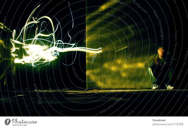 Lichtgestalt Schichtarbeit Beton Grünstich hocken gesichtslos Taschenlampe Langzeitbelichtung Dauerlicht dunkel erleuchten Erkenntnis Gedanke Denken aufregend