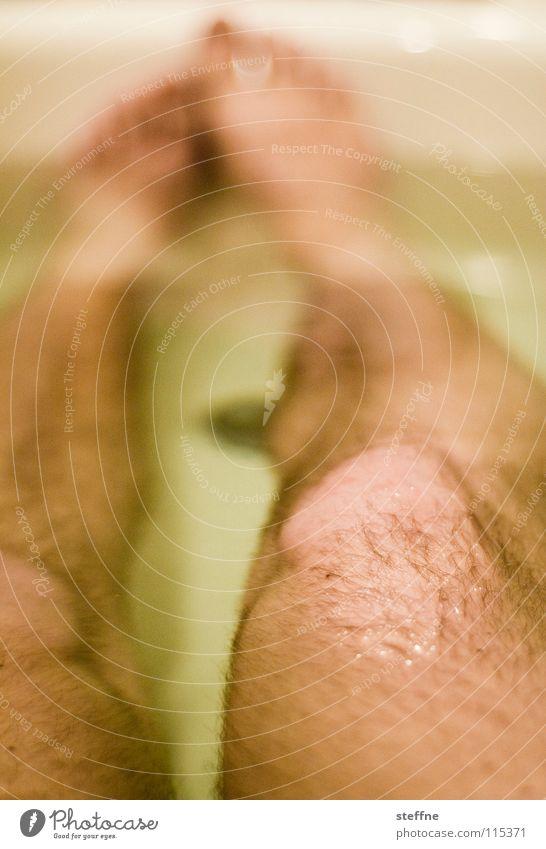 Der liebe Junge IV Bad Badewanne Erholung ausschalten Physik gemütlich Keramik Reinigen Sauberkeit Knie Zehen Feierabend Wochenende sich etwas gönnen weiß gelb