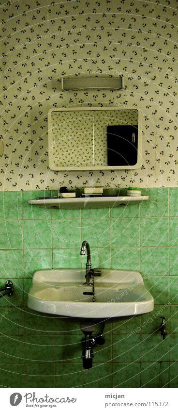 Was zum sich saubermachen und so Waschbecken Spiegel Bad Ablage Zahnbürste Lampe grün Muster Wasserhahn trocken dreckig Sauberkeit Reinigen Tapete antik
