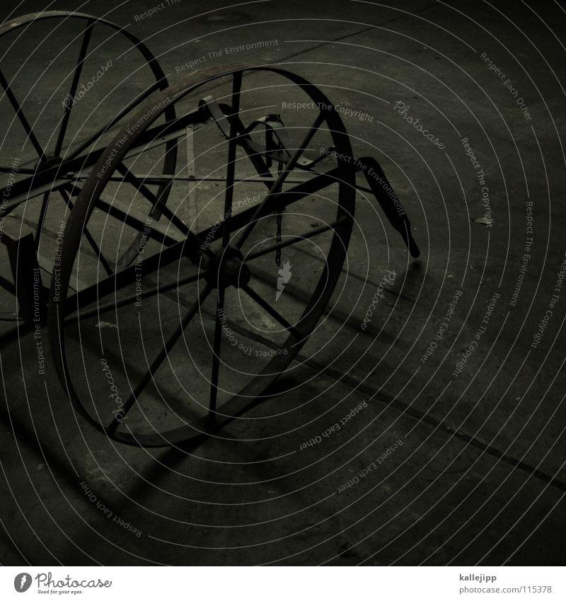 rund ums rad Felge Eisen Skelett dunkel Platz Abstellplatz Garage Beton Einradfahren Ersatzrad Handwagen Fahrrad Gefolgsleute Speichen Güterverkehr & Logistik