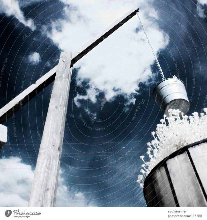 Brunnen mit IR Bestückung... Himmel weiß Blume blau Pflanze Wolken Holz Beleuchtung außergewöhnlich Baumstamm Surrealismus Infrarotaufnahme Holzmehl Blattgrün