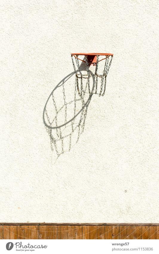 3D Korb Spielen Ballsport Basketballkorb Mauer Wand Fassade braun schwarz weiß Freude Sport Giebelseite Schattenspiel Sportgerät hoch Farbfoto Gedeckte Farben