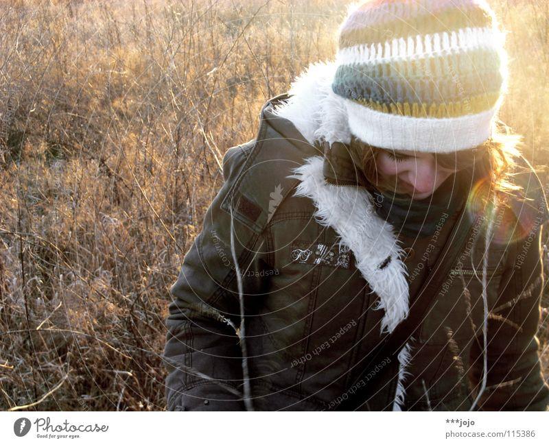 wintersonne. Frau Natur Jugendliche schön Winter Lampe kalt Denken Landschaft Eis braun Feld Frost Körperhaltung Fell Jacke