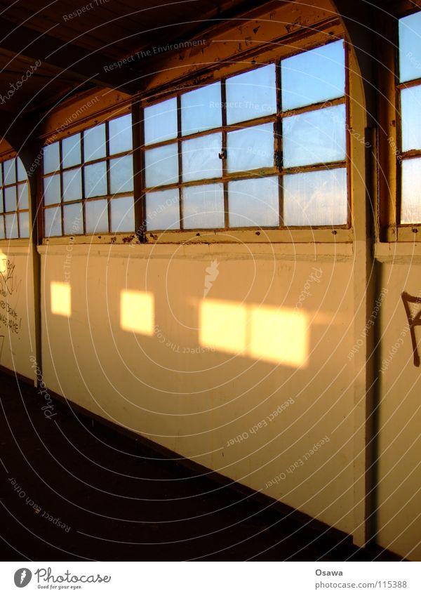 Ostkreuz 05 Fenster Leitersprosse Wand Steg Licht weiß Bahnhof Fenstersprossen Glas Lichtfleck Fleck alt Gang Architektur