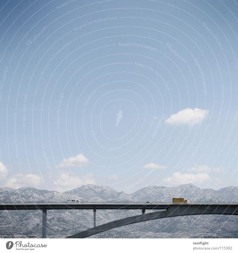überqueren Himmel blau Sommer Wolken Schnee Berge u. Gebirge PKW Landschaft Beton groß Brücke Macht fahren Insel Baustelle Verbindung