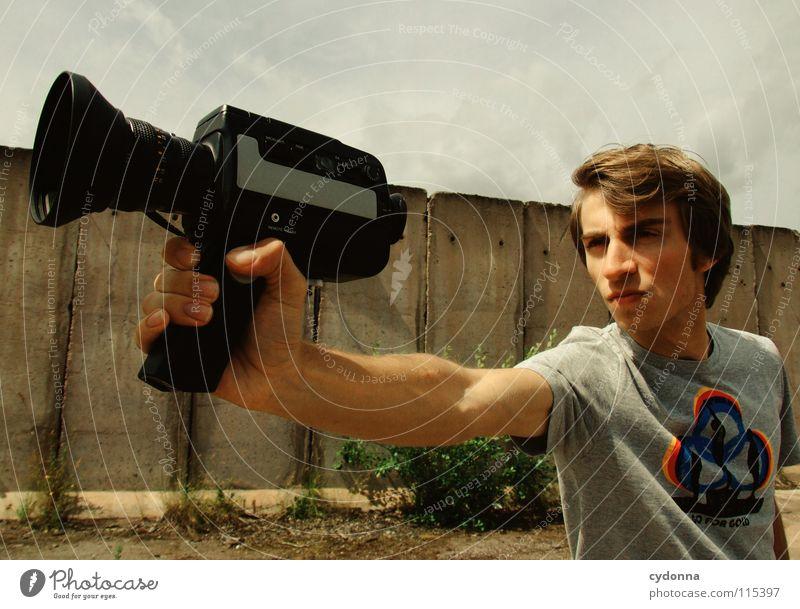 Mr. Action II Sommer Mann Kerl Stil Körperhaltung Gefühle schön T-Shirt filmen Fotokamera Aktion Freizeit & Hobby Versuch Kunst Dinge Reihe Wand Betonklotz