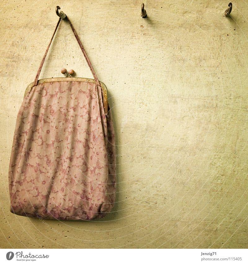 Omas Tasche. Beutel Handtasche Stoff Stofftasche Tragegriff Wand Haken retro altmodisch früher Reichtum obskur Bag Stoffbeutel modern zu Omas Zeiten alte Tasche