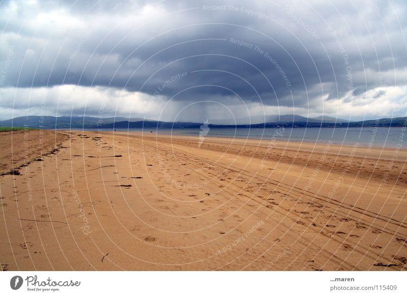 gleich kommts... Himmel weiß Meer blau rot Sommer Strand Ferien & Urlaub & Reisen Wolken dunkel kalt Berge u. Gebirge Bewegung grau See Sand