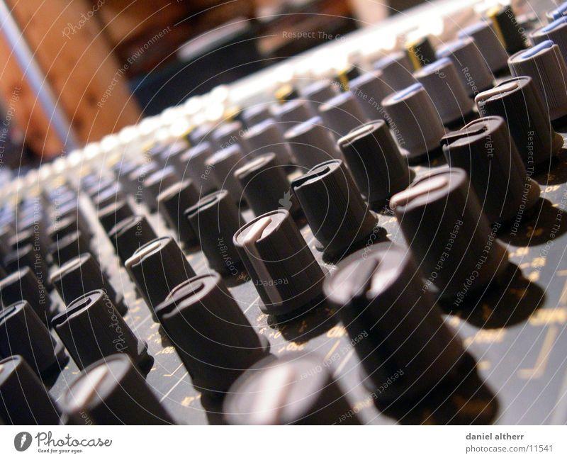 Stimmt der Ton? Musik Technik & Technologie Diskjockey Klang Knöpfe Musikmischpult Elektrisches Gerät pulen