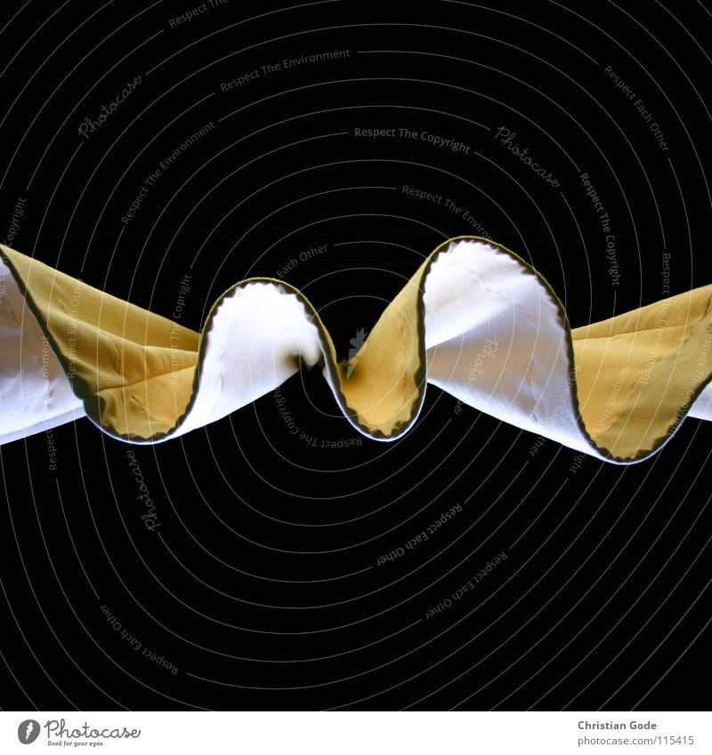 Vorhang Fenster Froschperspektive Stoff gelb weiß Faltenwurf zuziehen Wellen schwarz dunkel Licht Lichteinfall Detailaufnahme Häusliches Leben Dinge Gadrobe