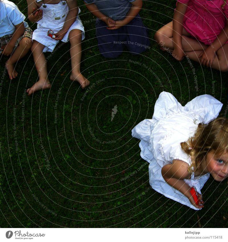la boum Kind Fröhlichkeit Geschenk schenken Paket Überraschung Sommer weiß Kleid Gast Freundschaft Mensch Erwartung Hoffnung Wunsch Spielen Gefühle Kinderspiel