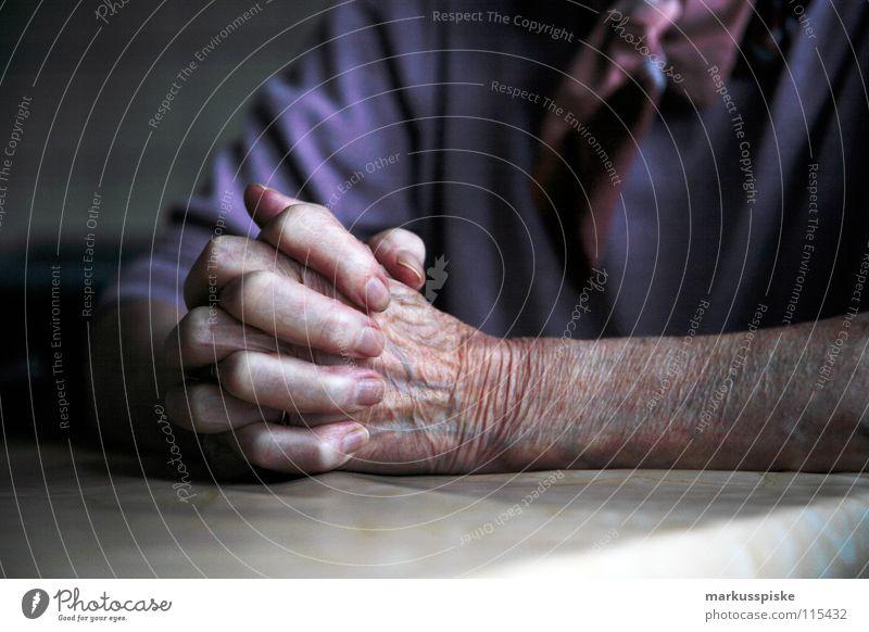 beten Hand Senior Religion & Glaube Angst Show Wissenschaften Falte Vergangenheit Symbole & Metaphern Gesellschaft (Soziologie) Gebet Mensch Sinnesorgane