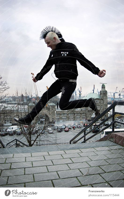 flink gehinkt. springen hüpfen Luft befreien Mann Punkrock Wolken Winter kalt Generation Unbeschwertheit leicht Leichtigkeit Hoffnung Übermut Fröhlichkeit