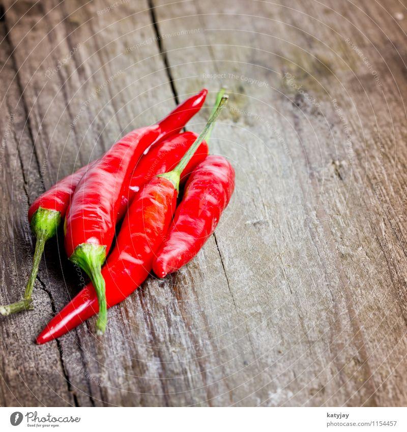 Chili Schote Holz Holzbrett Peperoni Scharfer Geschmack Würzig Kräuter & Gewürze nah Nahaufnahme rot ganz Haufen Küche Gemüse Paprika Gesunde Ernährung Speise