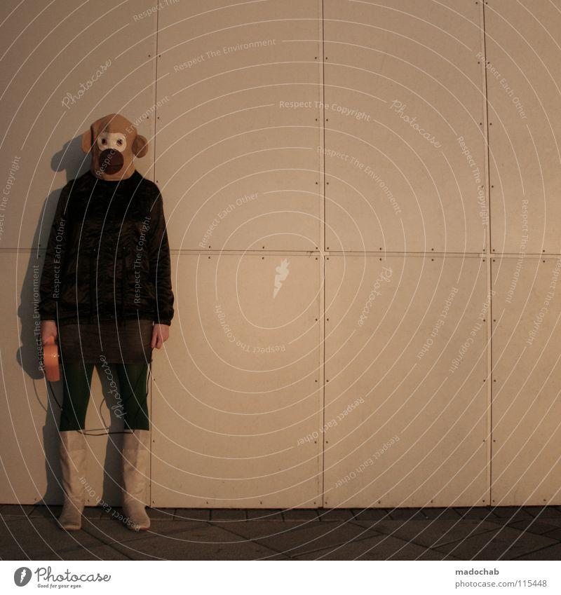 ZUM AFFEN MACHEN Frau Mensch Einsamkeit feminin Wand Holz Traurigkeit Hintergrundbild gefährlich stehen Bekleidung bedrohlich Trauer Kommunizieren Körperhaltung
