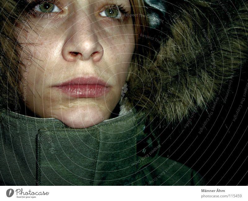 Kälte. kalt Winter feucht Jacke Kapuze Fell grün Frau frieren Jahreszeiten Bekleidung Wärme Frost Oberbekleidung Gesicht geschlossen Winterstimmung ernst