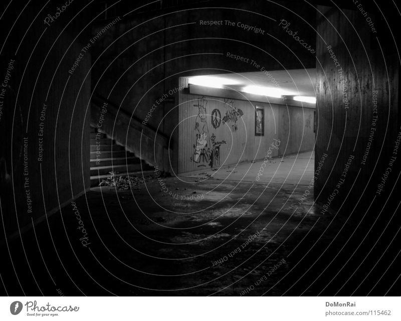Flucht nach oben! Blatt schwarz dunkel Wand Mauer Wege & Pfade Regen Graffiti Beleuchtung gehen laufen Beton Europa Treppe gefährlich trist