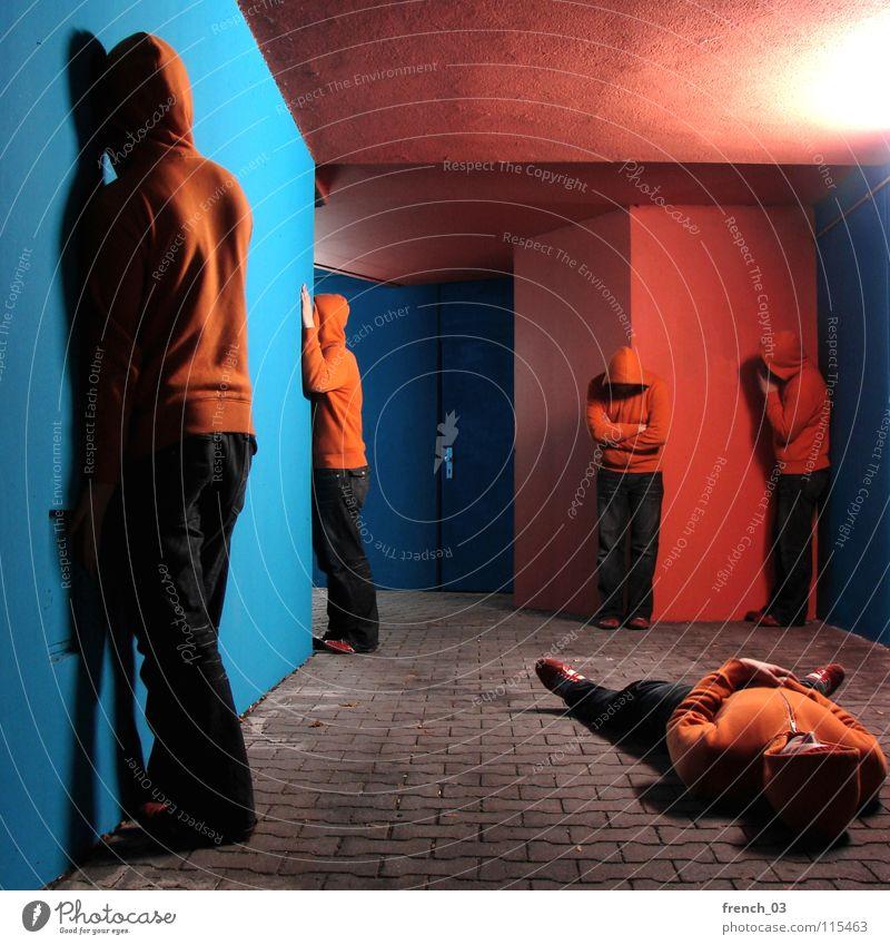 unkontrollierte Vermehrung Mensch Mann blau Hand Farbe Wand grau Mauer See orange Tür Schuhe Beton maskulin liegen Wachstum