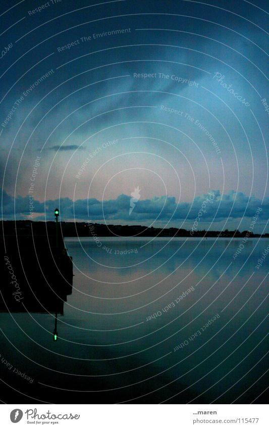 Nacht zieht auf Meer Hafeneinfahrt Licht Wolken eng Laterne Mauer Küste Spiegel Pastellton dunkel unheimlich rosa hell-blau schwarz gelb See Fischereiwirtschaft