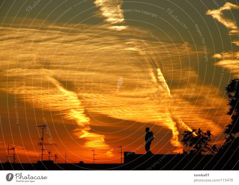 AUF SENDUNG || rot gelb Wolken Sonnenuntergang Licht Abend Dach Antenne Schornsteinfeger Mann Mondsüchtig Außenaufnahme Himmel Strukturen & Formen