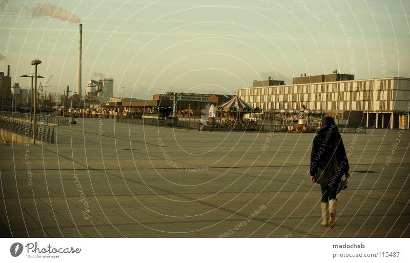 THE URBAN WAY Mensch Frau Stadt Einsamkeit Haus Ferne kalt Wand Architektur Holz Traurigkeit Gebäude Hintergrundbild gehen laufen gefährlich