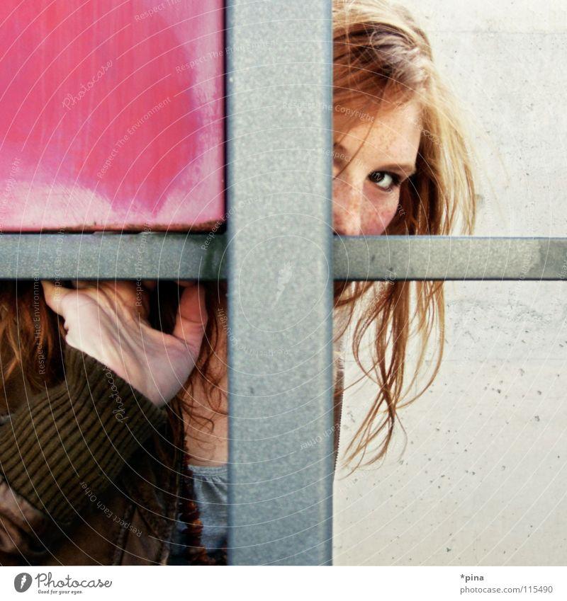 hide and seek Frau Schüchternheit Angst unentdeckt Suche finden Neugier Vorsicht rosa Quadrat Geometrie Teilung verstecken geheimnisvoll hervorschauen Interesse