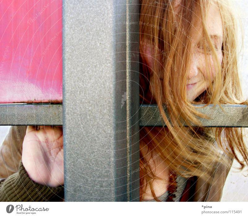 hide and seek 2 Frau unentdeckt Suche finden Fröhlichkeit verweht rothaarig herzlich rosa Quadrat Geometrie Teilung verstecken geheimnisvoll hervorschauen