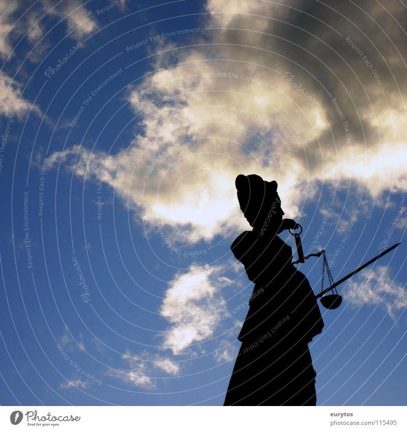 Justicia Frau Himmel blau weiß Wolken schwarz Brunnen Denkmal Statue Wahrzeichen Figur Frankfurt am Main Justiz u. Gerichte Gerichtsgebäude Gotik Waage