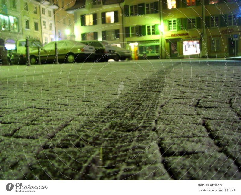Spuren im Schnee Winter Nacht kalt Reifen Verkehr PKW