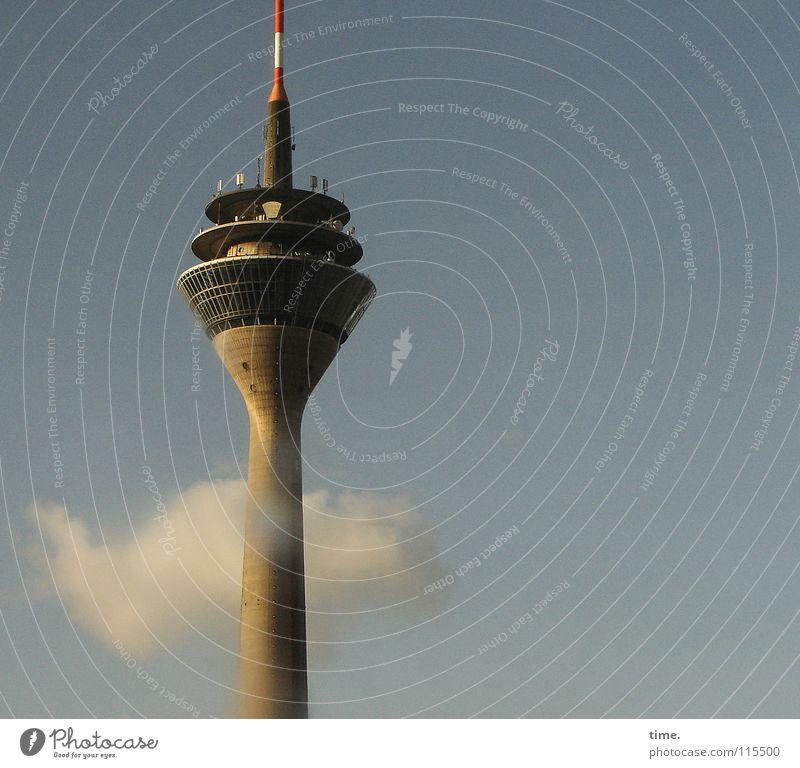 Informant, leicht benebelt Himmel Wolken Architektur grau träumen hoch Macht Turm Information Denkmal Strommast Wahrzeichen Hauptstadt Gerät Sehenswürdigkeit Telekommunikation