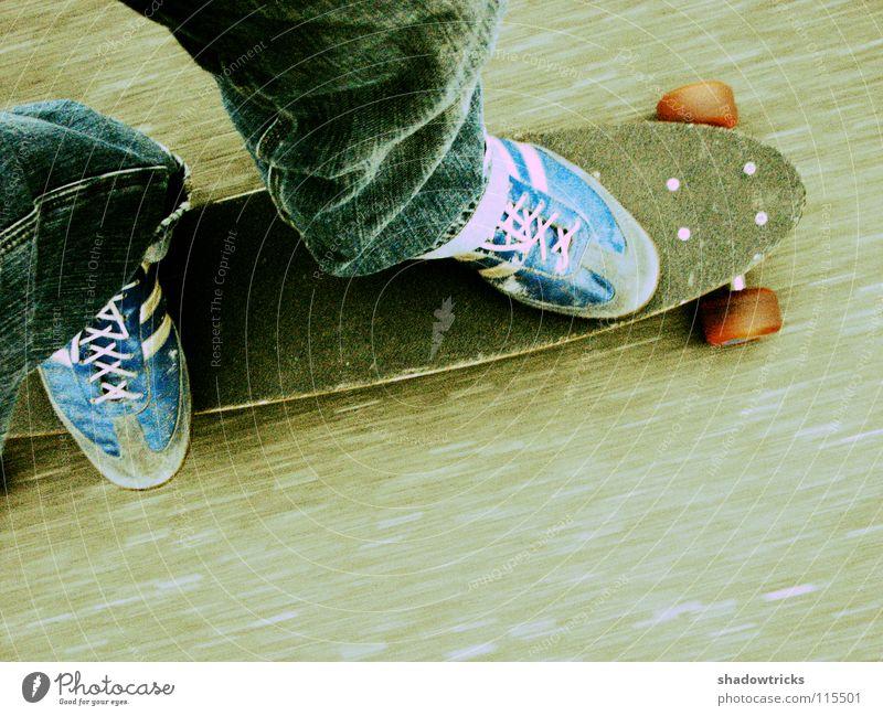 Unterwegs fahren unterwegs Geschwindigkeit Unschärfe Schuhe Hose rot Skateboarding grau Beton Verkehr Bewegung Rolle Körnung Straße Beine Jeanshose blau