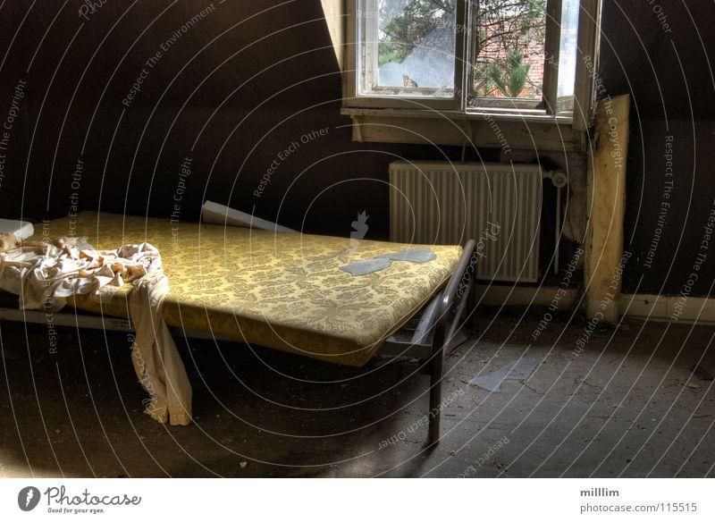 jemand zuhause? Bett Raum Bruchbude Fenster Haus Ruine ungemütlich Einsamkeit dunkel Obdachlose Bettlaken Schlafzimmer schlafen verfallen Vergänglichkeit